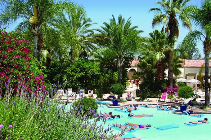 Trong khi virus corona gây bệnh chết người thì thị trấn Corona lại là một địa điểm chữa bệnh nổi tiếng trong vùng. Nơi đây có những khu resort suối nước nóng nhưGlen Ivy Hot Springs, là nơi thích hợp để tắm bùn, tắm hơi, trị liệu, chữa bệnh và phục hồi sức khoẻ.