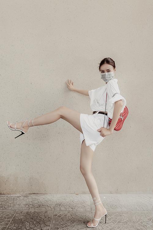Ở nhà cũng phải đẹp là tiêu chí của Lan Ngọc và nhiều sao Việt. Chính vì thế, trong thời gian tránh dịch, nữ diễn viên vẫn không ngừng cập nhật các xu hướng thời trang mới.