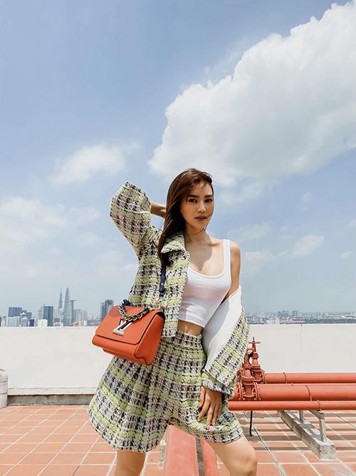 Phong cách gợi cảm và trẻ trung của Lan Ngọc với set đồ gồm áo hở eo, jacket và short ống rộng trên chất liệu vải tweed.