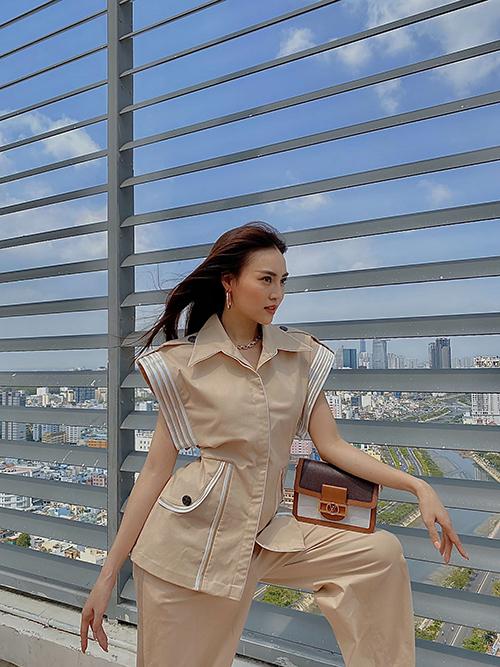 Trong bộ ảnh thực hiện trước khi có lệnh cách ly toàn quốc, Lan Ngọc giới thiệu các mẫu trang phục hè của nhà thiết kế Công Trí.