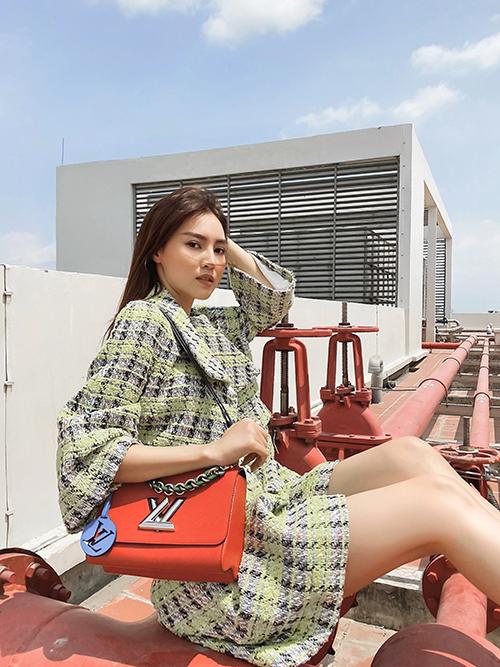 Bộ ảnh được thực hiện với sự hỗ trợ của nhiếp ảnh Thiên An, trang điểm Xi Quân Lê, stylist Trang Nhẹ Nhàng.