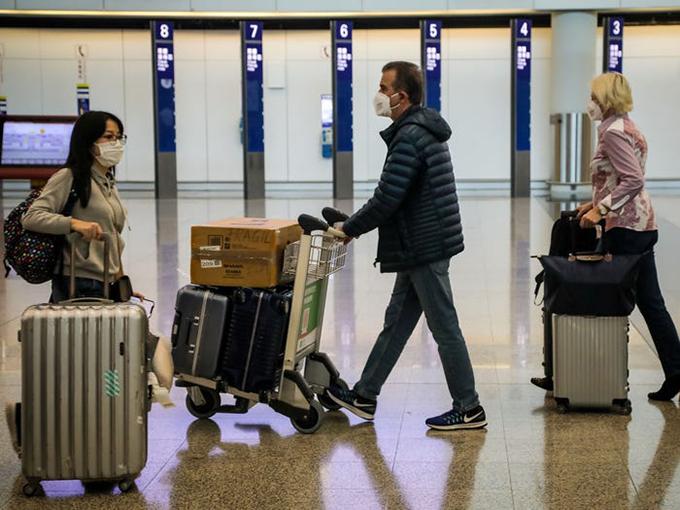 Tình hình dịch bệnh diễn biến ngày càng phức tạp khiến các hãng hàng không buộc phải giảm các chuyến bay trong nước và quốc tế. Người dân cũng được khuyến cáo không nên sử dụng phương tiện giao thông công cộng, trong đó có máy bay. Tuy nhiên, nếu bắt buộc phải di chuyển, bạn cần lưu ý phải đeo khẩu trang