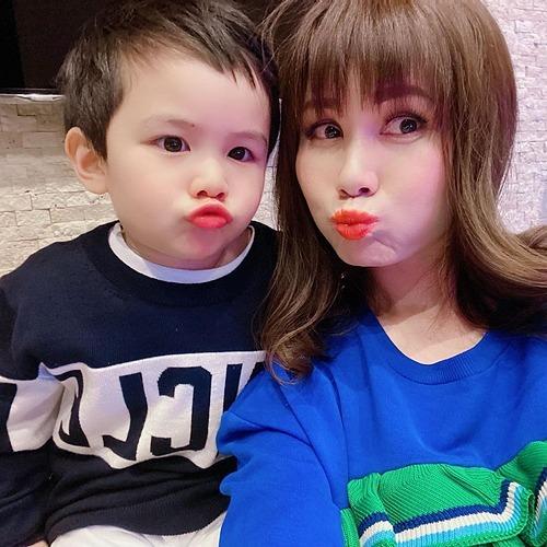 Vợ và con trai ca sĩ Đan Trường nghịch ngợm selfie khi ở nhà tránh dịch.