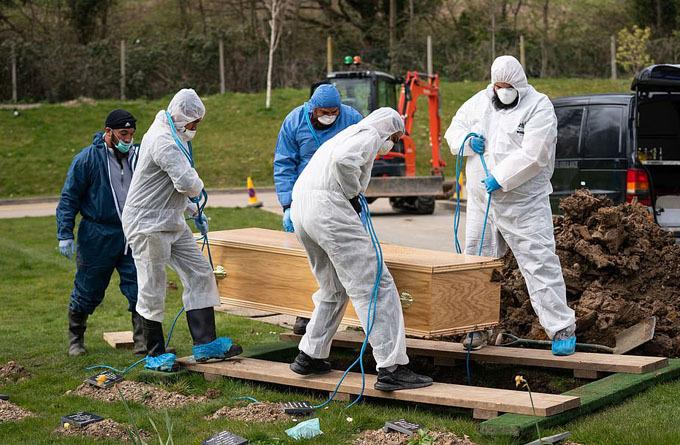 Linh cữu Ismail được chôn cất ở nghĩa trang dành cho người Hồi giáo ở Chislehurst, ngoại ô London, hôm 3/4. Ảnh: PA.