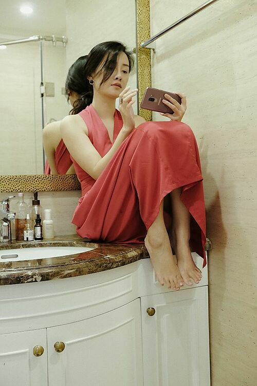 Phòng tắm cũng trở thành góc lý tưởng pose ảnh của người đẹp.