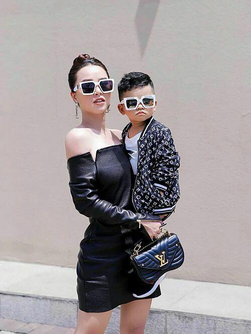 Con trai Hải Băng - Thành Đạt làm mặt ngầu khi chụp ảnh cùng mẹ.