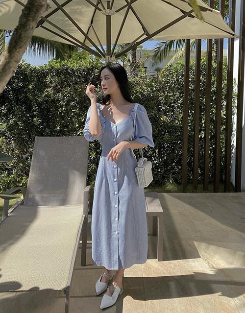 Mẫu đầm cổ điển phù hợp khi ở nhà tránh dịch hay tận hưởng không khí trong lành, vắng vẻ ở các khu nghỉ dưỡng cao cấp.