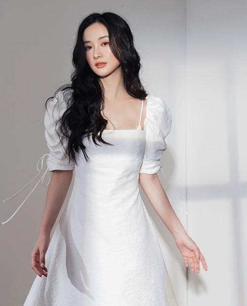 Váy trắng kiểu tay bồng phù hợp với các bạn gái có vóc dáng mảnh mai và bờ vai nhỏ.