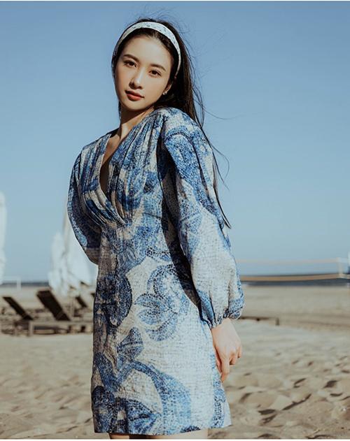 Đầm xẻ ngực chữ V, tay bồng được phối hợp nhịp nhàng cùng băng đô cài đầu giúp Jun Vũ trở thành cô nàng mùa hè đúng điệu.
