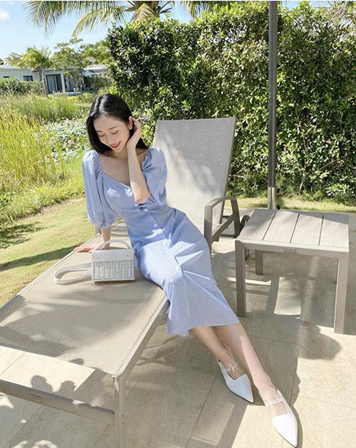 Bên cạnh sắc trắng khó lỗi mốt, Jun Vũ còn chọn thêm các mẫu đầm thanh lịch thiết kế trên gam xanh pastel.