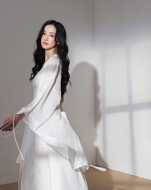 Tông trắng thường mang lại cảm giác dịu mắt, nhẹ nhàng vì thế Jun Vũ và nhiều sao Việt đều chọn nó để sử dụng trong mùa nắng.
