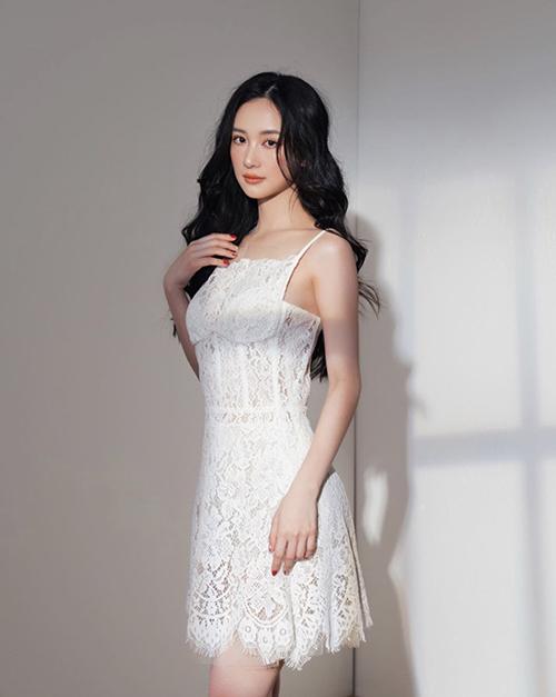 Váy liền thân dáng ngắn chăm chút cho phần eo để tạo đường may sát hình thể. Bên cạnh đó chi tiết cut-out cho phần nách và ngực áo cũng được chăm chút.