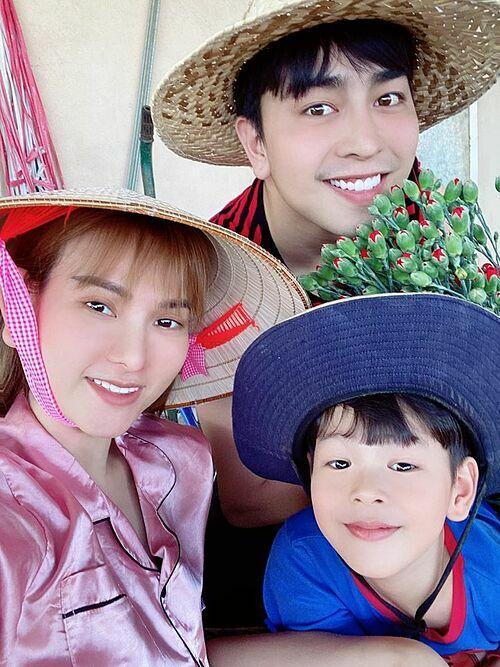 Ca sĩ Thuy Thủy cùng chồng và con về quê trồng rau, nuôi cá chấp hành phòng chống dịch.