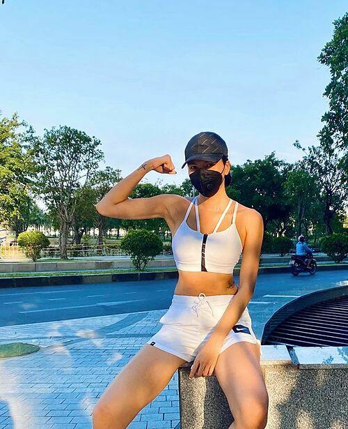 Ăn uống thả ga khi ở nhà tránh dịch nên Minh Triệu cũng tích cực tập luyện thể dục thể thao.