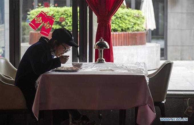 Để đảm bảo đủ khoảng cách, các thực khách đều ngồi riêng từng bàn. Bàn ăn cũng được rải một lớp nilon bảo vệ. Chúng sẽ được khử khuẩn hoặc thay mới ngay sau khi khách dùng bữa xong. Cách này giúp nhà hàng vệ sinh nhanh gọn, an toàn, thay vì phải giặt khăn trải bàn mất nhiều thời gian.