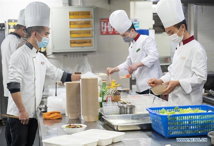 Một nhà hàng nổi tiếng ở khu trung tâm thương mại Tiandi thuộc quận Wuchang đã mở cửa sau dịch bệnh. Tất cả các đầu bếp và nhân viên nhà hàng phải đeo khẩu trang 100% thời gian làm việc.