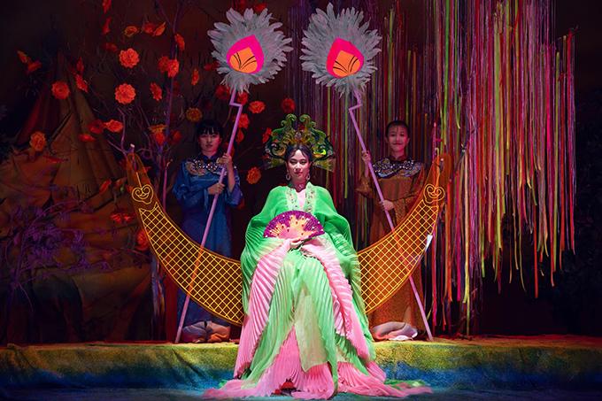 Đầm đa sắc của Hoàng Thuỳ Linh trong MV mới - 10