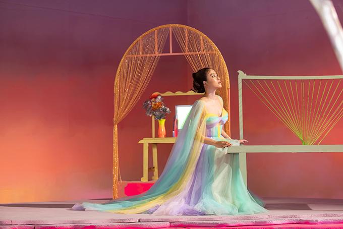 Đầm đa sắc của Hoàng Thuỳ Linh trong MV mới - 14