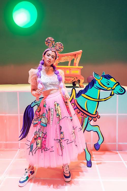 Chân váy ballet màu hồng, với hình thêu chính là bức tranh Hàng Trống được mix cùng áo voan tay bồng
