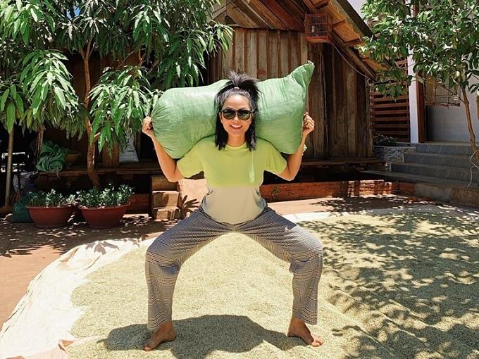 HHen Niê vác hẳn một bao lúa vừa phụ gia đình vừa xem đây là cách tập luyện thể dục.