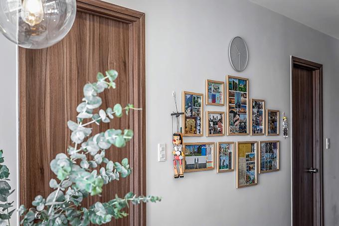 Các bức ảnh từ những chuyến đi được sử dụng để trang trí ở bức tường giữa 2 phòng ngủ.