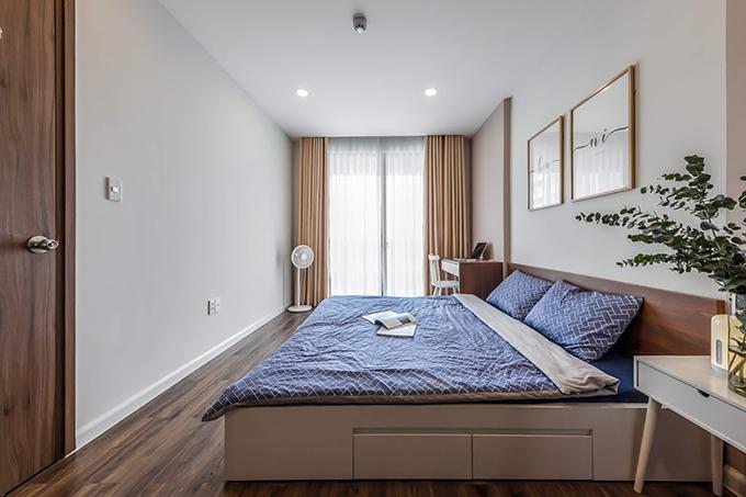 Các kệ đựng đồ được tích hợp ngay dưới giường ngủ để tiết kiệm diện tích.