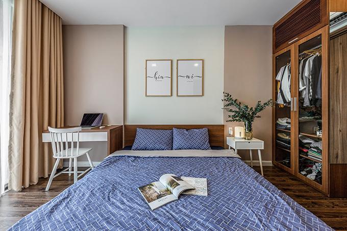 Phòng ngủ chính của cặp vợ chồng có gam màu nâu chủ đạo, mang đến sự ấm áp.