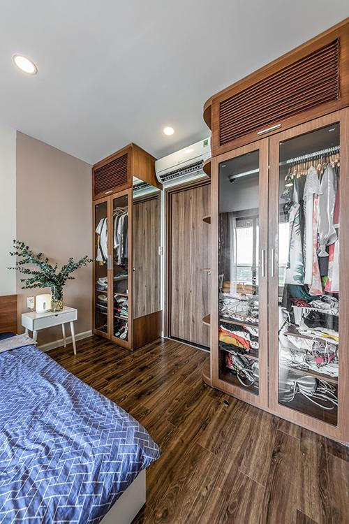 Tủ quần áo của cả hai vợ chồng được đặt phía hai bên của căn phòng.