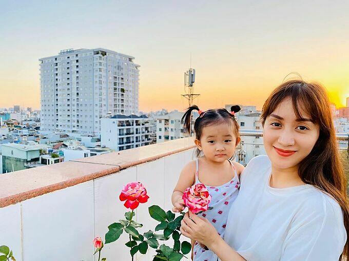 Khánh Thi và con gái pose hình trên sân thượng.