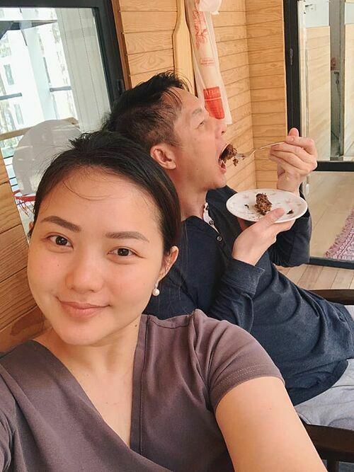 Phan Như Thảo trổ tài làm bánh chuối chocolate cho ông xã Đức An thưởng thức.