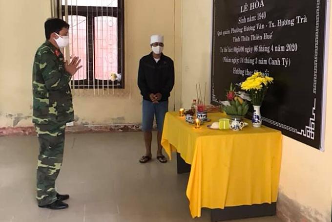 Anh Lê Hoá chịu tang bố trong khu cách ly. Ảnh: Uỷ ban mặt trận Tổ quốc TP Đông Hà