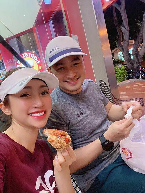 Diễn viên Chi Bảo và bạn gái Lý Thùy Chang đạp xe đi ăn đùi gà rán.