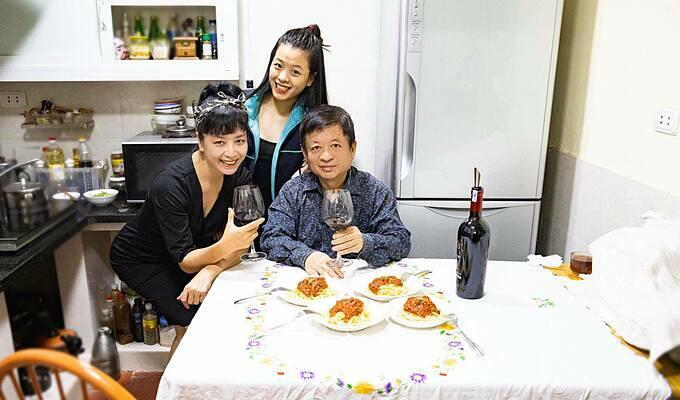 Vợ chồng nghệ sĩChiều Xuân và con gái thưởng thức rượu vang, ăn spaghetti tự nấu tại nhà.