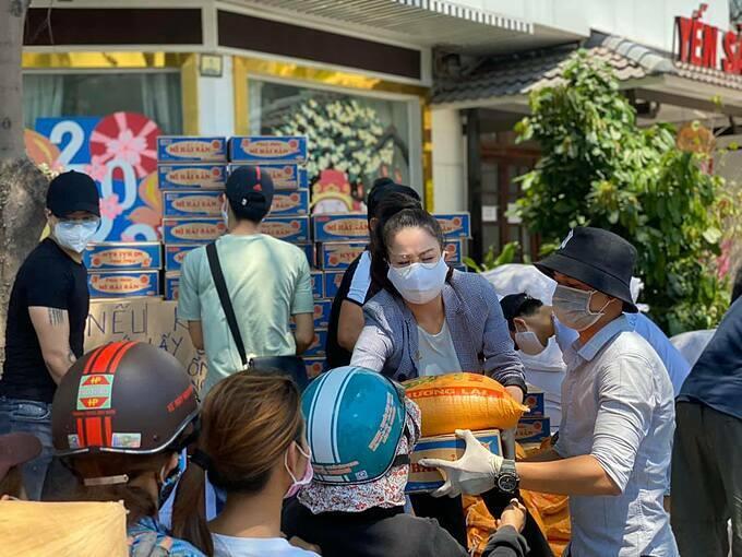Diễn viên Nhật Kim Anhphát tặng 300 thùng mỳ và hơn 3 tấn gạo trước văn phòng công ty cô tại quận 6, TP HCMcho những người khó khăn. Ngoài ra, cô cũng quyên tặng 120 phần gạo và mỳ cho các hộ nghèo tại khu vực này,thông qua Ủy ban phường.