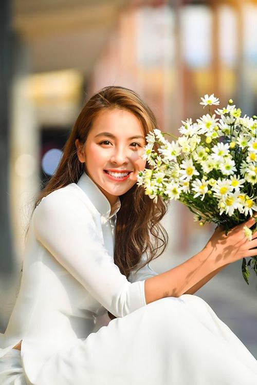 Trần Vân sinh năm 1997, tốt nghiệp khoa Diễn xuất của trường Cao đẳng Nghệ thuật Hà Nội. Cô được khán giả biết đến sau khi đảm nhận vai Quỳnh búp bê lúc nhỏ trong series đình đám của đạo diễn Mai Hồng Phong. Trước đó, Trần Vân cũng đảm nhận một vai nhỏ trong phim Chiều ngang qua phố cũ.