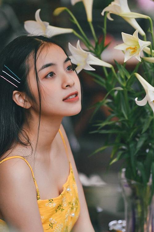 Trái với trong phim, Trần Vân ở ngoài biến hóaphong cách liên tục, từ nữ tính đến năng động, trẻ trung.
