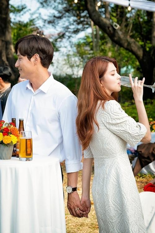 Cảnh phim Yeo Da Kyung công khai nắm tay người tình tại bữa tiệc của gia đình anh ta.