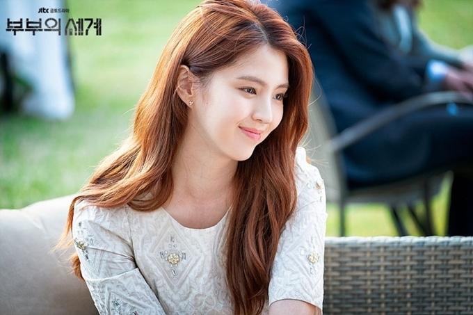 Trong phim truyền hình 19+ mới chiếu, Han So Hee vào vai Yeo Da Kyung, HLV yoga 24 tuổi, người tình của đạo diễn tuổi trung niên đã có vợ con Lee Tae Oh. Ngoài vẻ ngoài cuốn hút với những đường nét hoàn hảo trên gương mặt, cô còn gây chú ý với những cảnh giường chiếu nóng bỏng khoe thân hình đẹp. So Hee thể hiện tròn vai, mang đến một hình ảnh kẻ thứ ba tính cách và số phận phức tạp trên màn ảnh. Nhân vật của cô vừa mang vẻ kiêu ngạo, đôi khi trơ trẽn, chủ động thách thức vợ của người yêu; vừa có sự yếu đuối, đáng thương. Rốt cuộc, cô cũng chỉ là nạn nhân của gã đàn ông tham lam và ích kỷ.