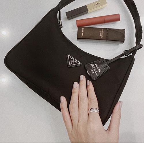 Mẫu shoulder bag của Prada được lấy cảm hứng từ dòng thời trang cổ điển. Thiết kế túi nhỏ gọn và mang lại sự tiện trong việc mix đồ, vì thế nó là sản phẩm được loạt sao thế giới và người đẹp Việt yêu thích ở mùa thời trang 2019/2020.
