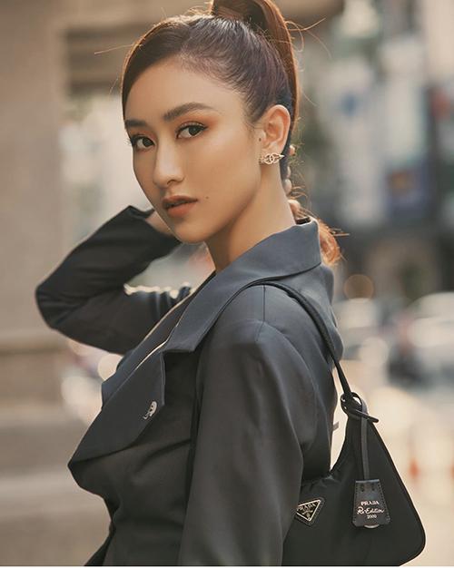 Để nâng tầm phong cách street style, Hà Thu cũng không bỏ lỡ những trào lưu phụ kiện thịnh hành của làng mốt.
