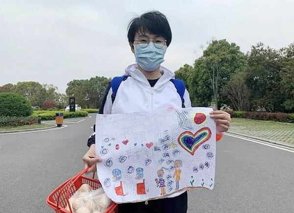 Zhang Jingjing trong thời gian cách ly chờ được về nhà sau khi phục vụ cho công tác chống Covid-19 ở Hồ Bắc. Ảnh: CCTV.