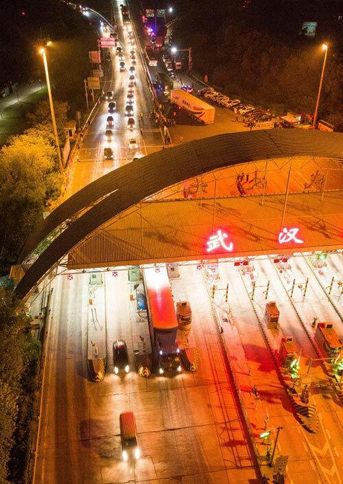 Hàng trăm chiếc xe xếp hàng chờ ra khỏi Vũ Hán sau khi thành phố này dỡ lệnh phong toả từ 0h đêm8/4. Ảnh: Alamy Live News.