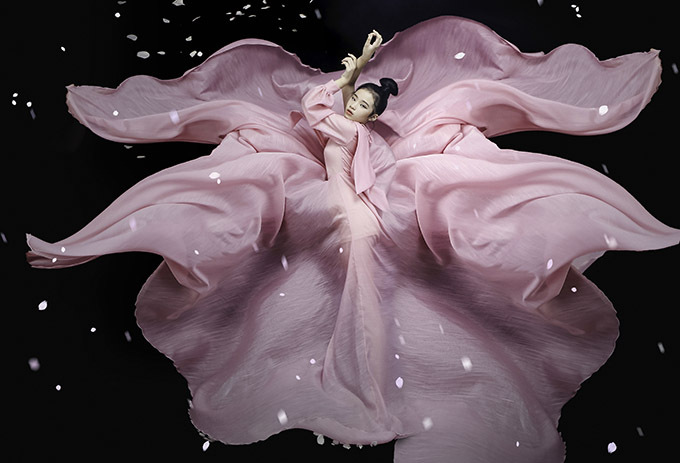 Bảo Hà tạo dáng ấn tượng như một đoá sen hồng đang nở khi diện thiết kế của Nguyễn Minh Công.