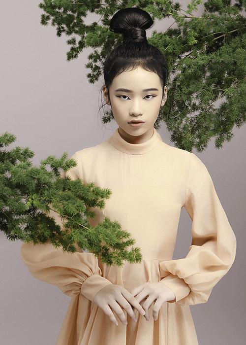 [CaptionVà những bộ trang phục đơn sắc với lối cắt xẻ và thiết kế cổ điển pha trộn với một chút phá cách, sáng tạo của NTK Nguyễn Minh Công đã góp phần khiến cho bộ hình trở nên hoàn hảo và trọn vẹn hơn.