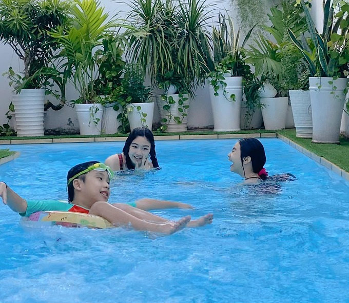 Bé Lọ Lem (ở giữa) mới 14 tuổi nhưng đãcao hơn 170 cm và gương mặt khả ái. Cô bé đượcdự đoán sau này cô bé sẽ trở thành hoa hậu.