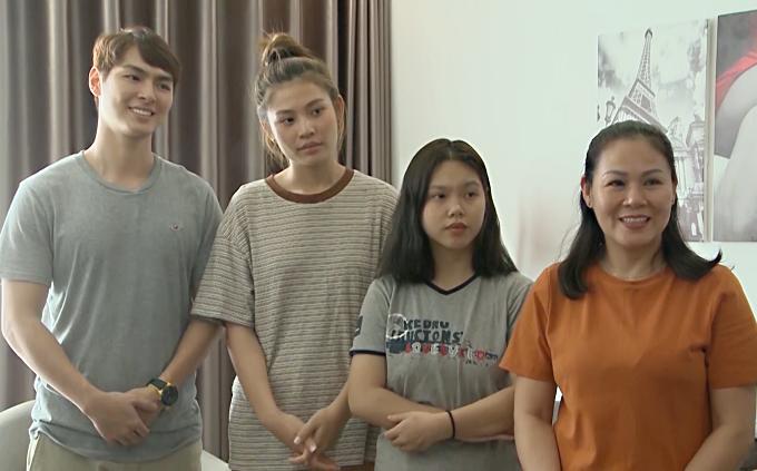Từ trái qua: vợ chồng Jay Quân - Chúng Huyền Thanh, em chồng và mẹ chồng.