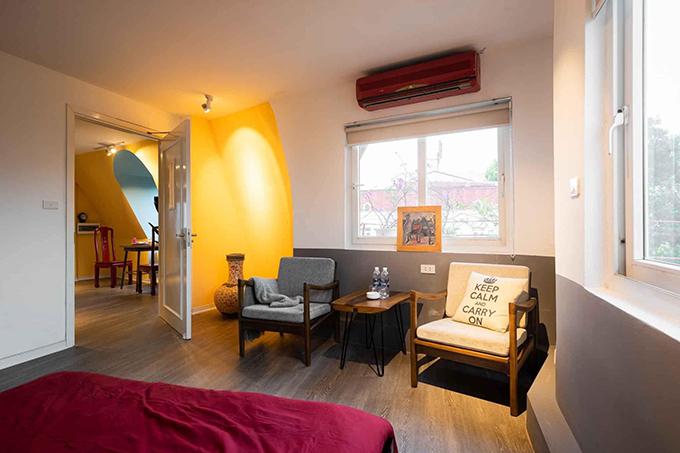 Nhà có nhiều cửa sổ đón nắng tự nhiên, giúp lưu thông, điều hoà không khí.