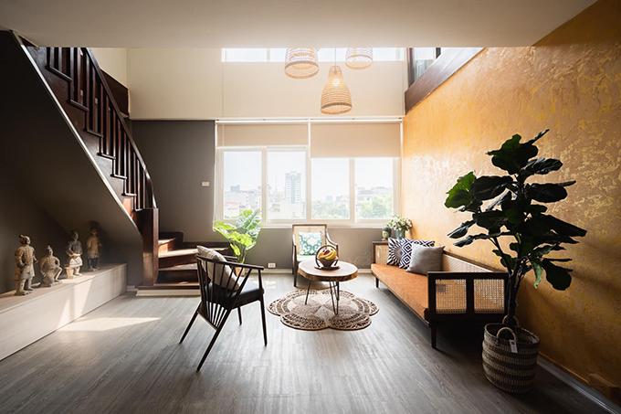 Căn nhà của Nguyễn Phương Anh, 25 tuổi có diện tích mặt sàn 220 m2, nằm tại phố Thợ Nhuộm, Hà Nội. Nhà có tổng cộng 7 tầng nhưng gia đình Phương Anh chỉ ở 2 tầng trên cùng, còn lại là cho thuê.