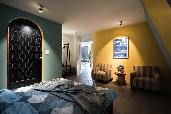 Phòng ngủ khác có sự kết hợp của gam màu nóng và lạnh, tạo hiệu ứng thị giác thú vị.