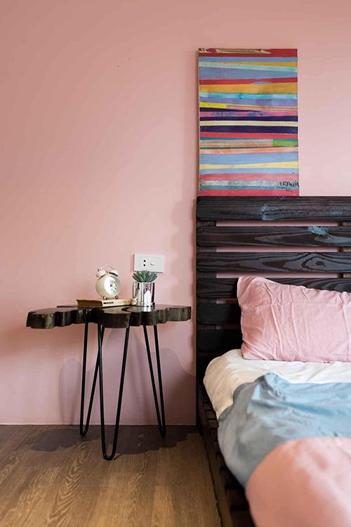 Căn phòng có bức tranh sắc màu tạo sự trẻ trung.